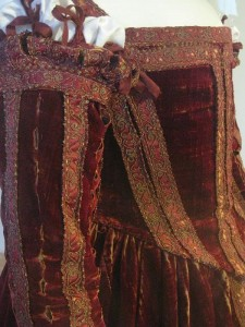 Figure 4 Detail of sleeves attached with ribbons. Petticoat with sleeves, c. 1560, Pisa, Museo di Palazzo Reale.